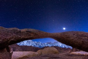 Venus-Over-Lathe-Arch-and-Mount-Whitney